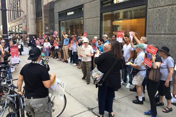 מפגינים מחוץ למטה קרן פידיליטי בשיקאגו קוראים לחברה למשוך את השקעותיה מחברת Airbnb  3 ביוני 2016. (באדיבות JVP)