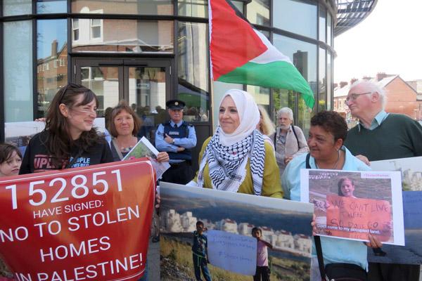 מפגינים דורשים מחברת Airbnb להפסיק להשכיר דירות וחדרים בהתנלויות ישראליות בגדה הצערבית. דבלין, 3 ביוני 2016. (באדיבות JVP)
