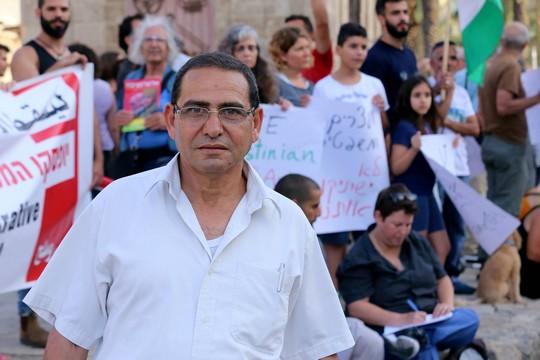 תאופיק, אביה של המשוררת דארין טאטור בהפגנה בכיכר השעון ביפו (צילום: חיים שוורצנברג)