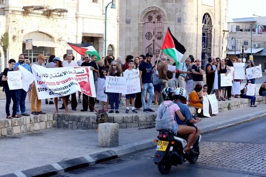 מפגינים בסולידריות עם המשוררת דארין טאטור. כיכר השעון, יפו, 25 ביוני 2016 (צילום: חיים שוורצנברג)