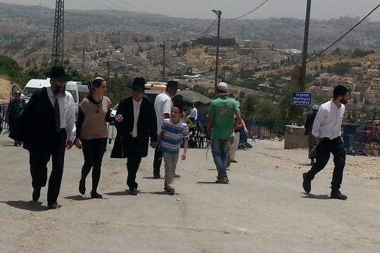 עולים לרגל להילולת שמואל הנביא צועדים על הכביש הסגור של נבי סמואל (עמק שווה)