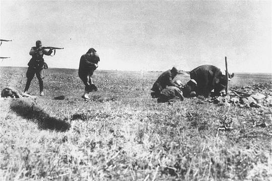 חייל גרמני יורה באם ובנה באחד ממבצעי הרצח ההמוני של יהודים 1942
