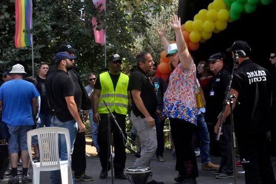 הסובלנות נגמרה עם מילת הביקורת הראשונה. לילך בן דוד מול מאבטחי העירייה במצעד הגאווה (צילום: יעקב סדן)