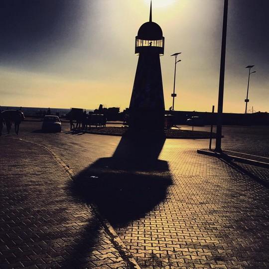 מגדלור בשקיעה. הפרויקט של האמן שריף סרחאן בנמל עזה. (צילום באדיבות אתר ערב 48).