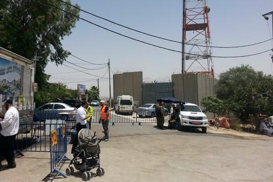 המחסום בכניסה לכפר נבי סמואל (עמק שווה)