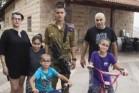 משפחת מועלם, עומדת בפני פינוי מביתה בליפתא. (צילום: יוני יוחנן)