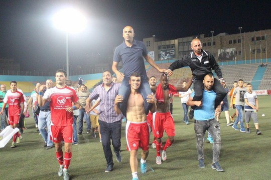 הילאל אלקודס חוגגים את העליה לגמר הגביע. סלמן עמר על הכתפיים (צילום: מוחמד ע'ית')