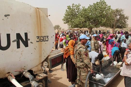 פליטים מדרום סודאן שנאלצו לברוח מבתיהם במחנה באזור דרפור. 20 במרץ 2016 (עבדול ראשיד/UNAMID)