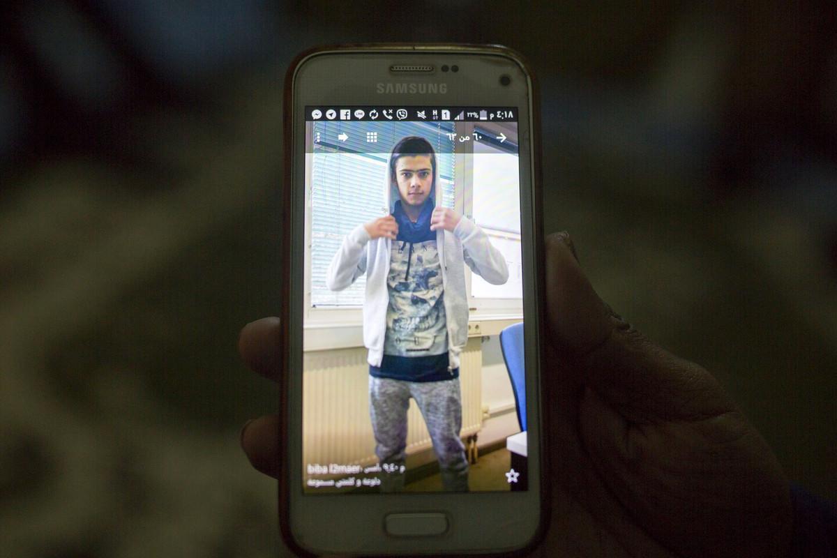 פליטים בלבנון: אחמד, הבן של בסימה, בתמונה בטלפון שלה (אן פאק / אקטיבסטילס)