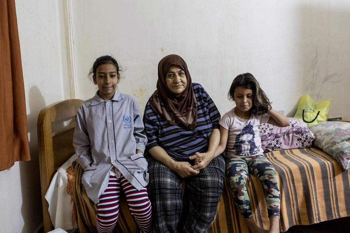 פליטים בלבנון: אמה של נג'א עם שתי נכדות, מחנה שתילה (אן פאק / אקטיבסטילס)