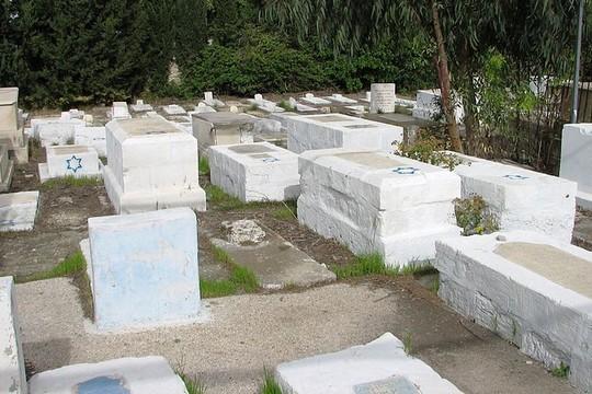 איפה כל לוחמי האור והצדק? בית הקברות היהודי הישן של חיפה. (Hanay CC BY-SA 3.0)