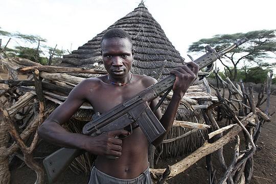 ציוד צבאי במקום פרוייקטים אזרחיים. תושב דרום סודן עם נשק (Steve Evans CC BY 2.0)