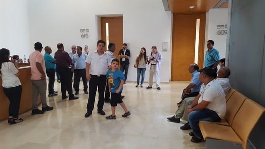 """השופט השתכנע שהם אכן קיימים. ח""""כ איימן עודה עם תושבי ראמיה, בהמתנה לדיון (צילום: יואב חיפאווי)"""