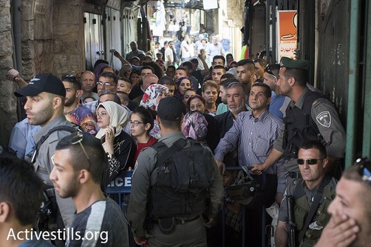 פלסטינים במכלאה בעיר העתיקה במהלך מצעד הדגלים (אורן זיו / אקטיבסטילס)