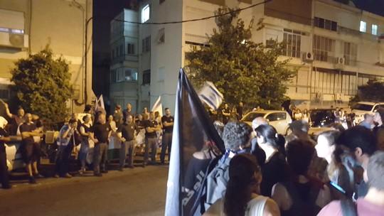 מפגינים אנטי פאשיסטים מול הפגנת הימין נגד אירוע שוברים שתיקה בחיפה (יואב חיפאווי)