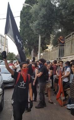 מפגינים אנטי פשיסטים בחיפה. לשוטרים היתה בעיה עם הבנדנות שלהם. (יואב חיפאווי)