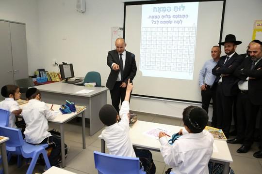 נפתלי בנט מעביר שיעור מתמטיקה בבית ספר חרדי (יעקב כהן / פלאש90)