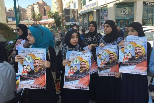 מפגינות מחוץ לבי המשפט המחוזי בלוד בתמיכה במשפחת דוואבשה (סמאח סלאימה)