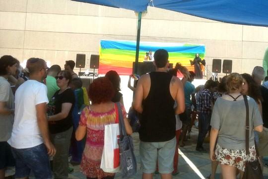 מתכוננים ומתכוננות להופעות. מאות השתתפו במצעד הגאווה השלישי בחדרה (צילום: אלמה ביבלש)