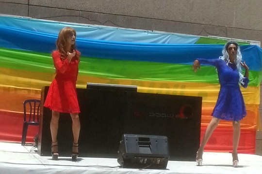 דראג על הבמה. מצעד הגאווה בחדרה (צילום: אלמה ביבלש)