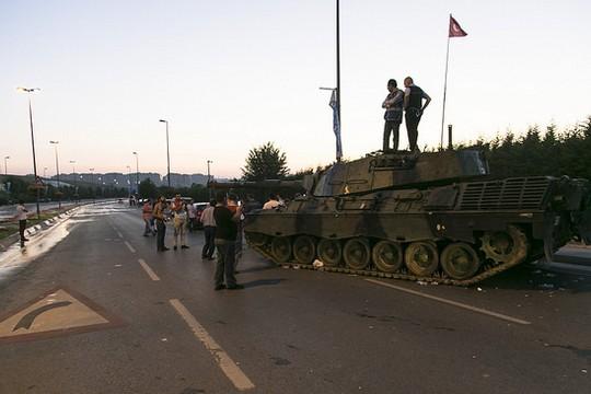 בשמאל מתגעגעים לימי השלטון הצבאי? ניסיון ההפיכה הכושל בתורכיה (Eser Karadağ CC BY-ND 2.0)