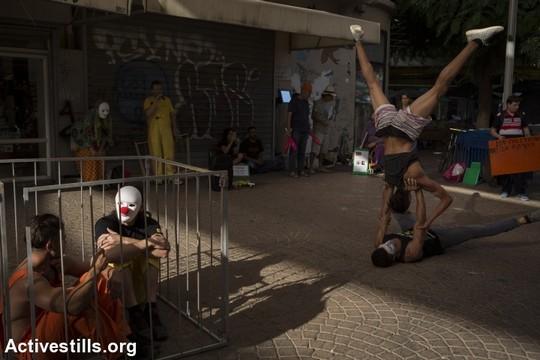 אמני קרקס משכם וג'אגלרים ישראלים במיצג בקריאה לשחרורו של הליצן מוחמד אבו סח'א ממעצר מנהלי (אורן זיו/אקטיבסטילס)
