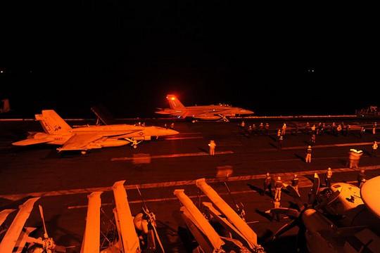 """מטוסים אמריקאים בדרכם לתקיפת מטרות דאע""""ש בסוריה (צילום: הצי האמריקאי)"""