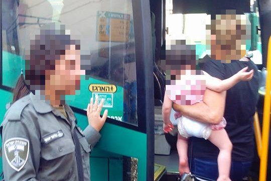"""""""התינוק מפחד מהערבים"""". האם עולה לאוטובוס כמנצחת."""