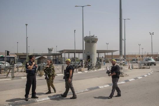 חיילים ומאבטחים במחסום קלנדיה זמן קצר לאחר האירוע בו נהרגו שני האחים. 27 באפריל 2016. (צילום: יונתן סינלד/פלאש90)