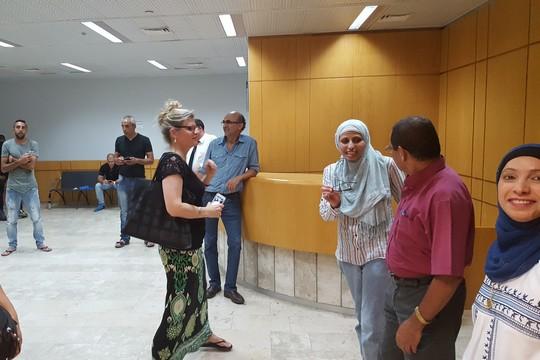 דארין טאטור וכמה מתומכיה במסדרון בית המשפט (יואב חיפאווי)