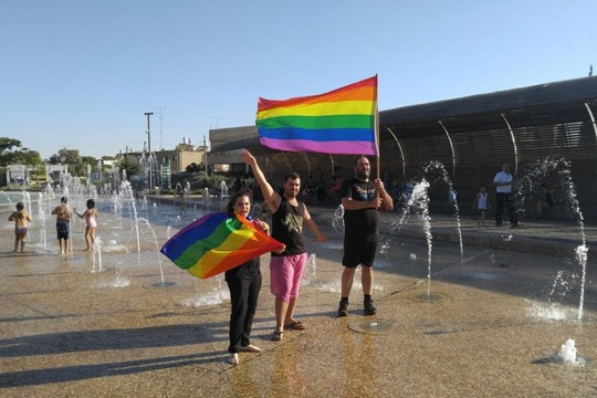 """ברק עטר, לשעבר יו""""ר אגודת הלהט""""ב של באר שבע, במחאה מול העירייה לפני שנעצר (באדיבות ברק עטר)"""