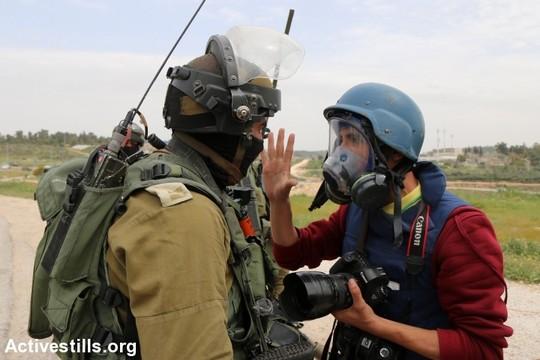 צלם מתווכח עם חייל במהלך הפגנה בכפר נבי סאלח, מאי 2015 (אחמד אל-באז / אקטיבסטילס)