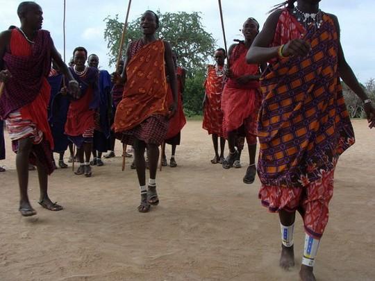 בני מסאי לובשים עיצובים מקוריים של הקהילה (V CC BY-NC 2.0)