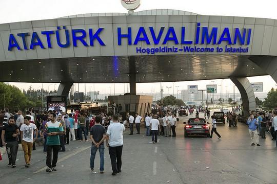 מפגינים תורכים מגיעים לשתה התעופה אטאתורכ באיסטנבול במהלך נסיון ההפיכה (Eser Karadağ CC BY-ND 2.0)