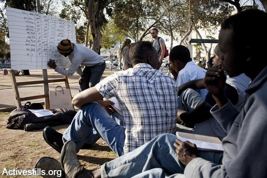שיעור מאולתר בעברית למבקשי מקלט בגינת לוינסקי. אפריל 2012 (אורן זיו/אקטיבסטילס)