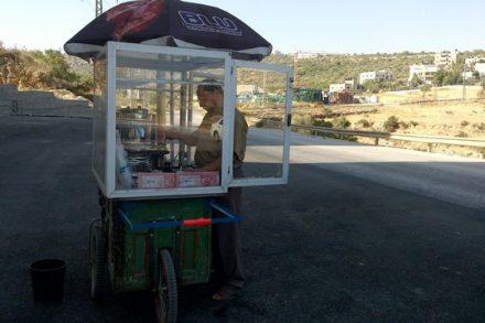 קפה בצל. אבו נעים והעגלה שלו (צילום בסאם אלמוהור)