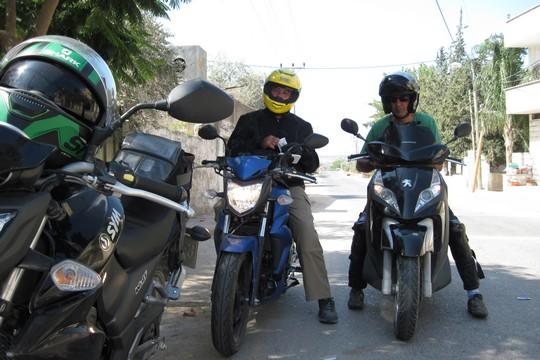 שלושה אופנועים יצאו לדרך (צילום: בסאם אלמוהור)