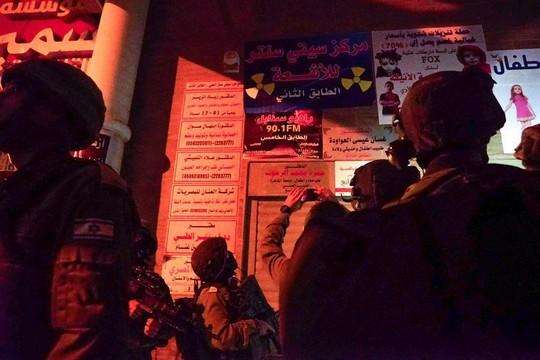 """חיילים בפתח משרדי רדיו א-סנאבל בדורא (דובר צה""""ל)"""