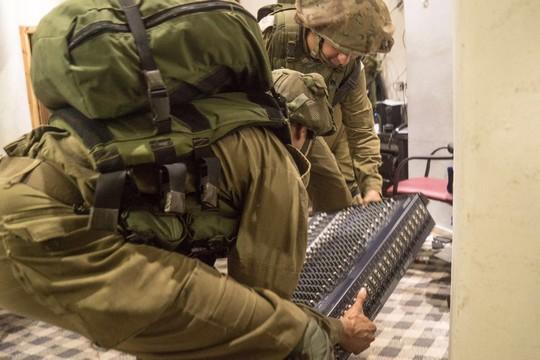 """חיילים מחרימים ציוד שידור של תחנת א-סנאבל בדורא (דובר צה""""ל)"""