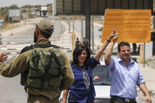 איימן עודה עם חאלדה ג'ראר ביום שחרורה מהכלא (הייתאם שטייה / פלאש90)