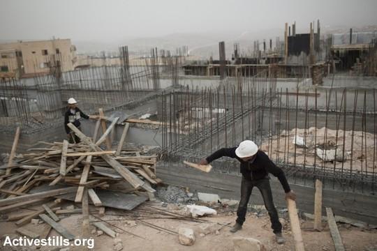 פועלים פלסטינים באתר בנייה ברמת שלמה (טלי מאייר / אקטיבסטילס)