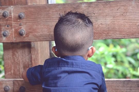 ילד עם לקות ראיה. אילוסטרציה