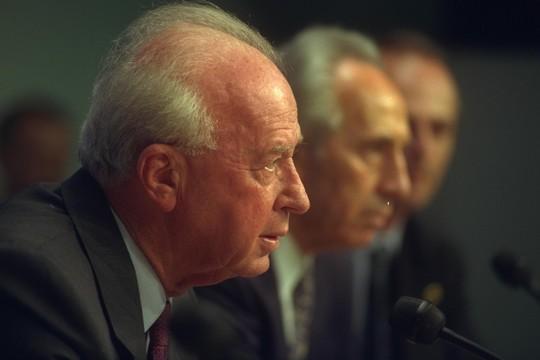 """מעל שני מליון איש לא מאמינים לסיפור הרשמי על הרצח שלו. ראש הממשלה יצחק רבין במסיבת עיתונאים בפריז, 1994. (צילום: סער יעקב/לע""""מ)"""