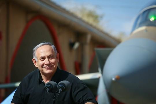 ראש הממשלה בנימין נתניהו בביקור בבסיס חיל האוויר בתל נוף. אוגוסט 2016. (צילום: פלאש 90)
