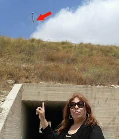 עורכת הדין עטיה מצביעה על עמוד תאורה ועליו מותקנת מצלמת האבטחה, במקום בו ירו חיילים על הרכב בו נסע מחמוד בדראן