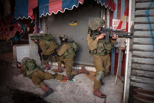 """חיילים באימון לוחמה עירונית בשוק הכרמל (אילוסטרציה: עמרי שמשון, דובר צה""""ל)"""
