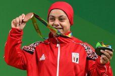 מרימת המשקולות סארא אחמד בת ה-18 ממצרים הפכה לאשה הערביה הראשונה שזוכה במדליה במקצוע זה אבל העולם התעסק רק בחתיכת הבד הקטנה שכיסתה את ראשה, ולא במוט הברזל הכבד שהיא הרימה בגבורה. (צילום: מוחמד חג'ב, ויקימדיה)