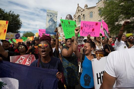 הפגנה של פעילים שחורים במהלך הוועידה הדמוקרטית בפילדלפיה (Maina Kiai CC BY 2.0)