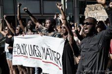 """משחור לאדום: המצע של הפעילים השחורים בארה""""ב שובר שמאלה"""