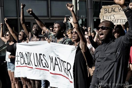 """פעילי """"חיים שחורים שווים"""" מפגינים גם בברלין, גרמניה (majka czapski CC BY-ND 2.0)"""